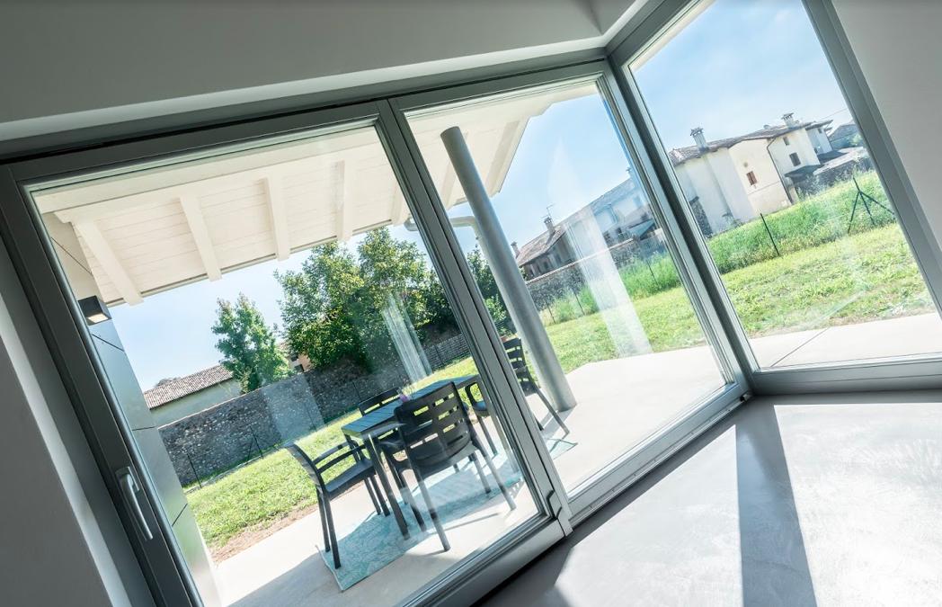 Un dettaglio dell'interno della villa con ampie vetrate basso emissive